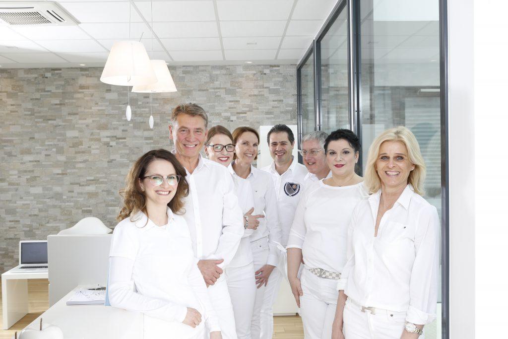 Das Team der Zahnärztlichen Praxisklinik Dr. Bösch und Kollegen in Pforzheim